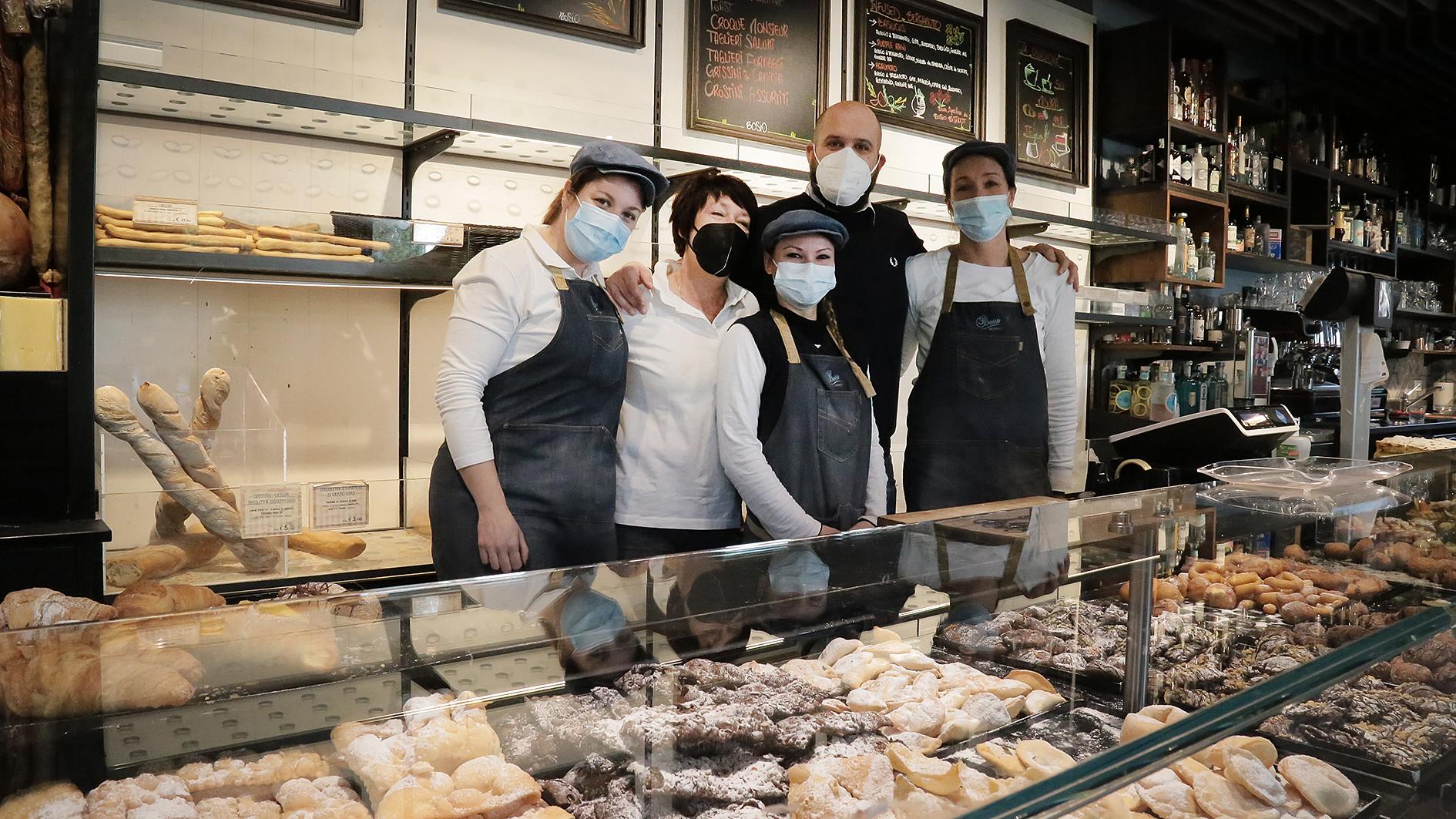 Immagine per Il segreto per i crostoli perfetti, la pasticceria di Staranzano che li sforna tra tradizione e innovazione