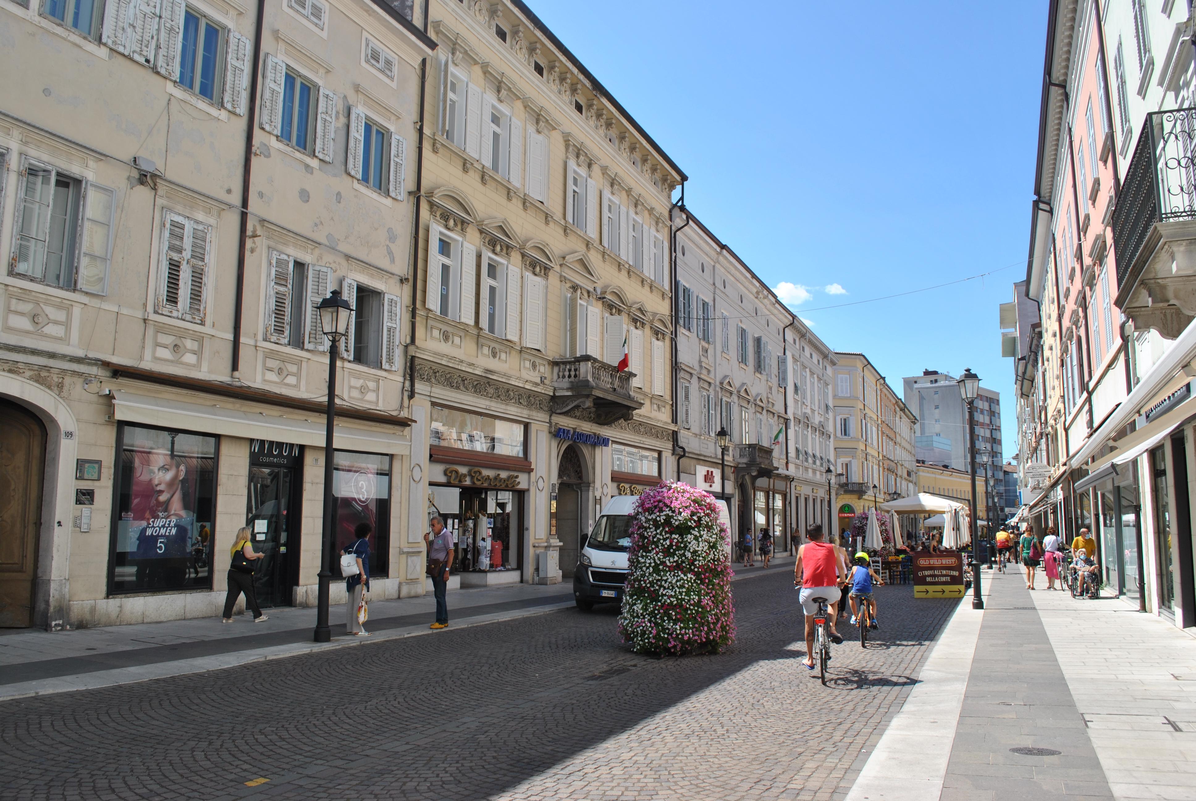 Immagine per Musica e show per inaugurare i saldi estivi, Gorizia chiama gli artisti di strada