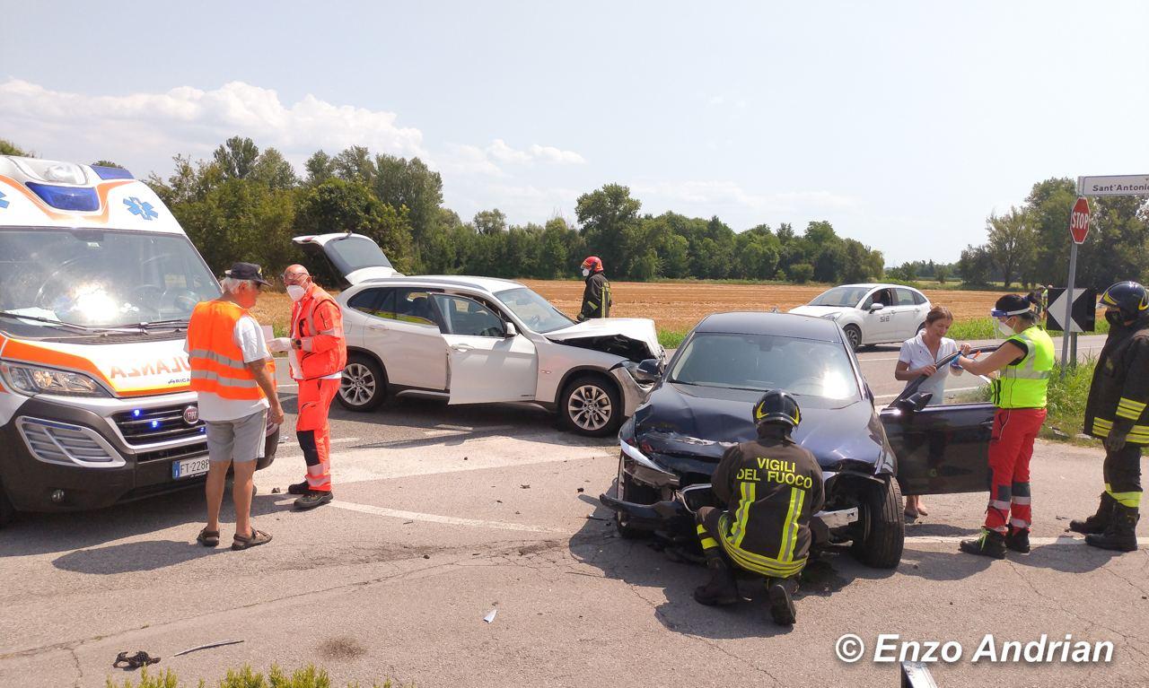 Immagine per Colpisce un trattore e si schianta contro un'auto, ferita una donna a Fiumicello