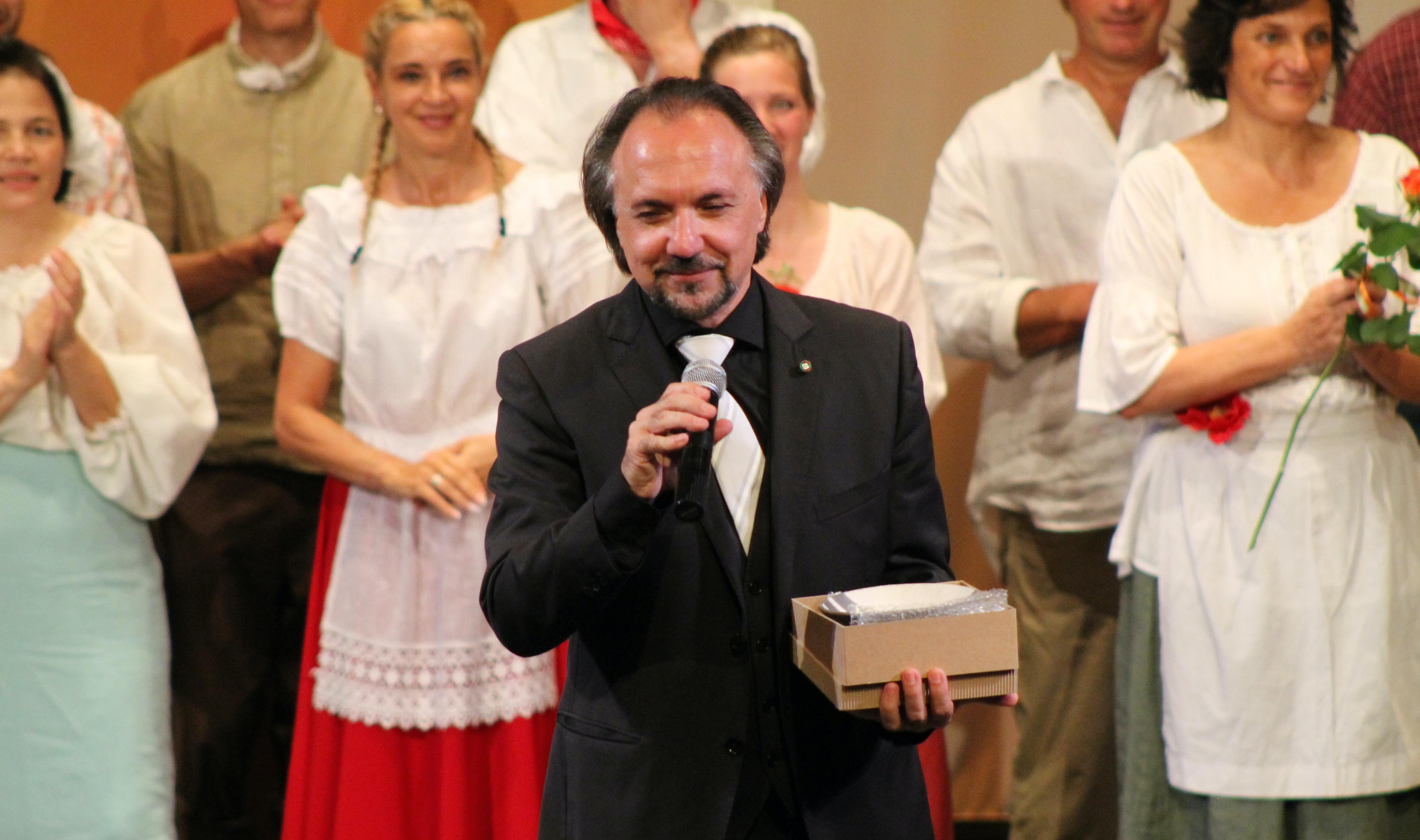 Immagine per L'Elisir d'amore strega il pubblico: premiato il maestro di Farra, Alessandro Svab