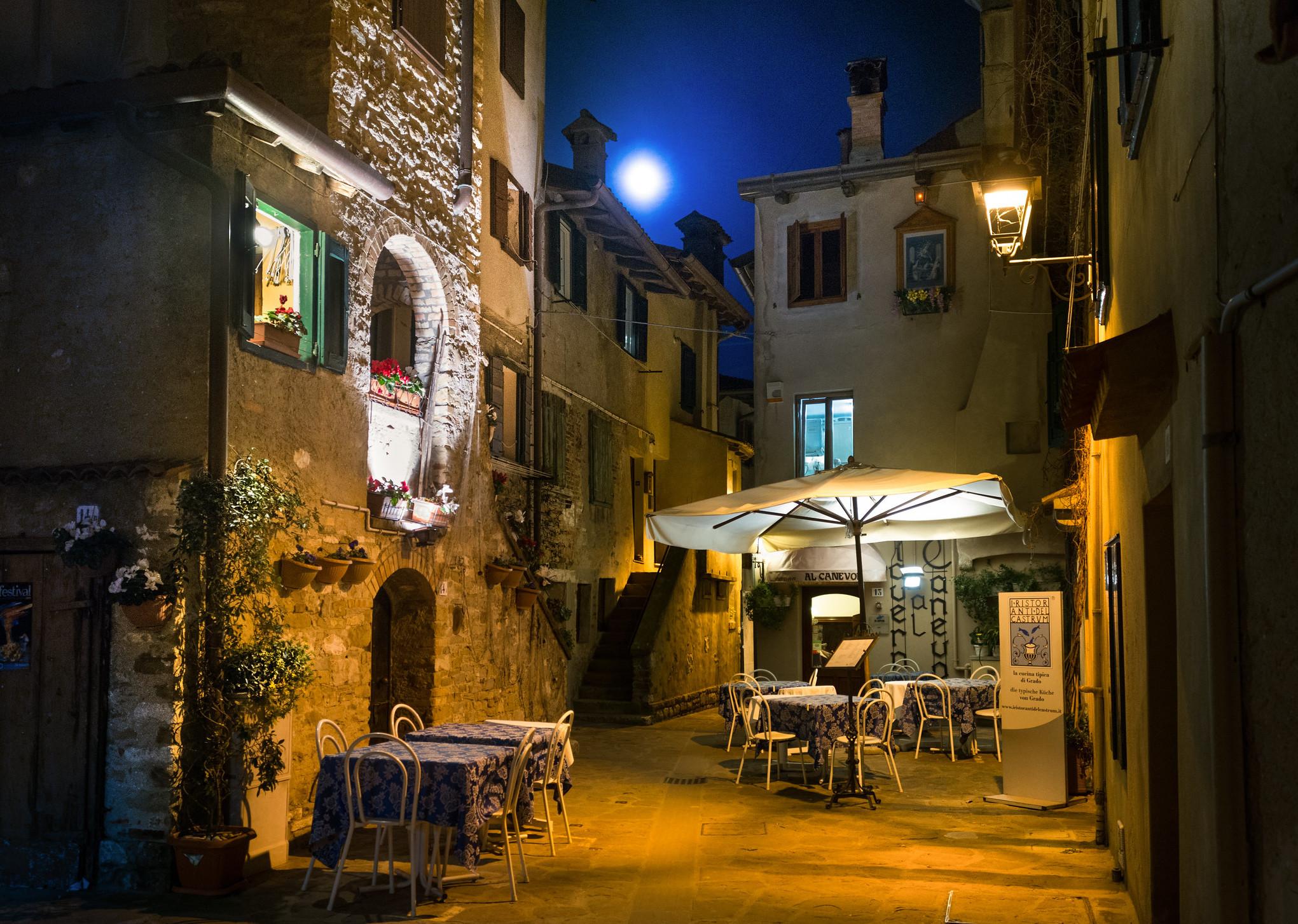 Immagine per Sale la febbre rosa a Grado, le calli si vestono con la poesia di Biagio Marin