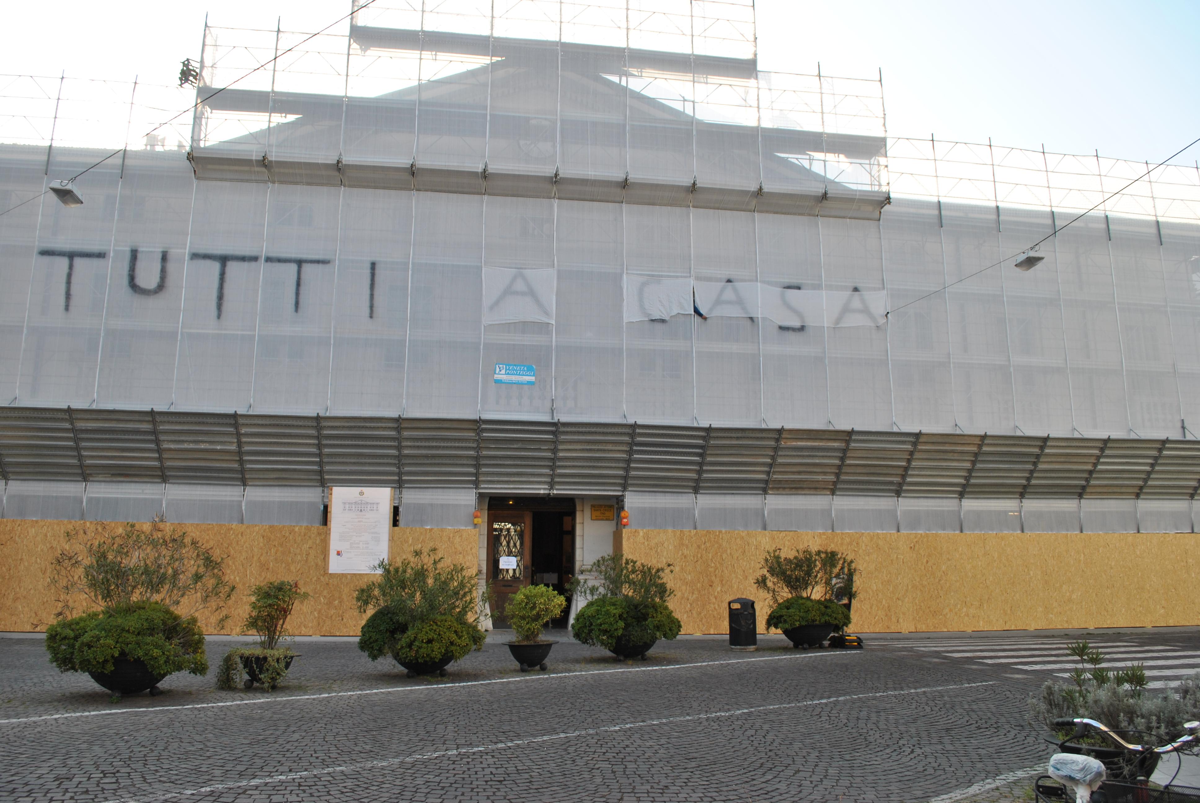 Copertina per Pesce d'aprile sul municipio di Gorizia, il cantiere diventa una tela per i vandali