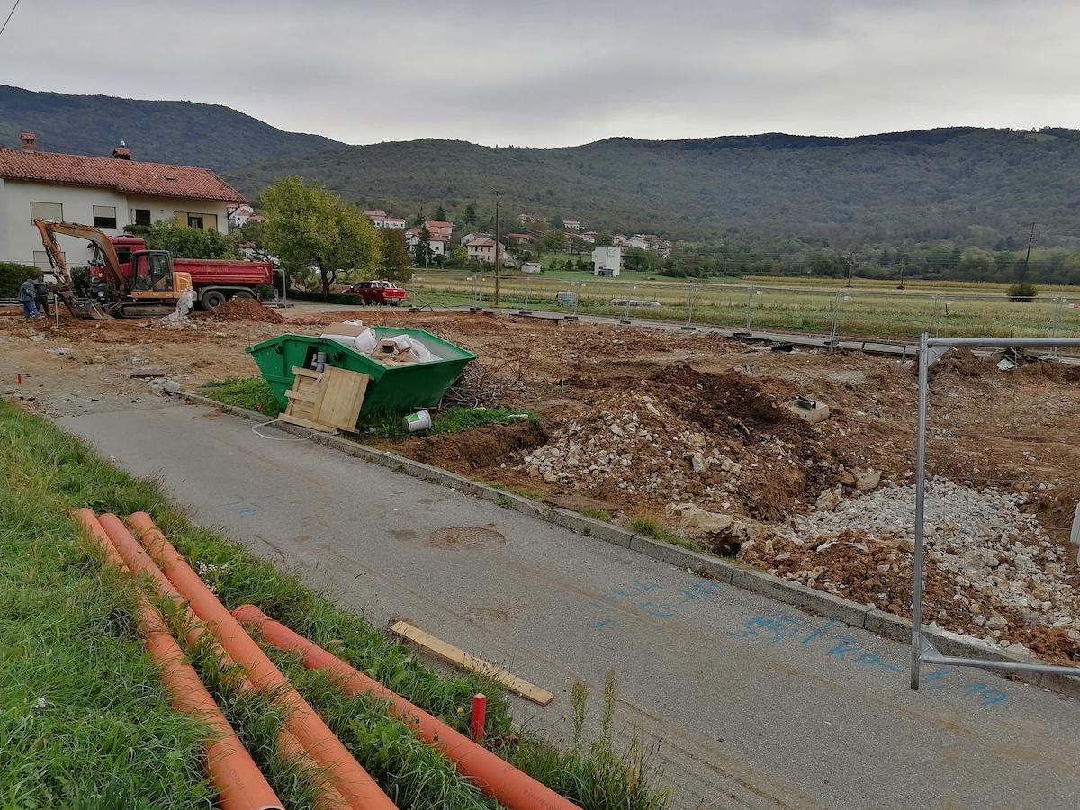 Copertina per Demolito il vecchio asilo ma il cantiere non parte, disagi a Gargaro
